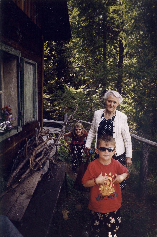 Sommerferien: Der Autor (vorne), seine Oma und seine Schwester.
