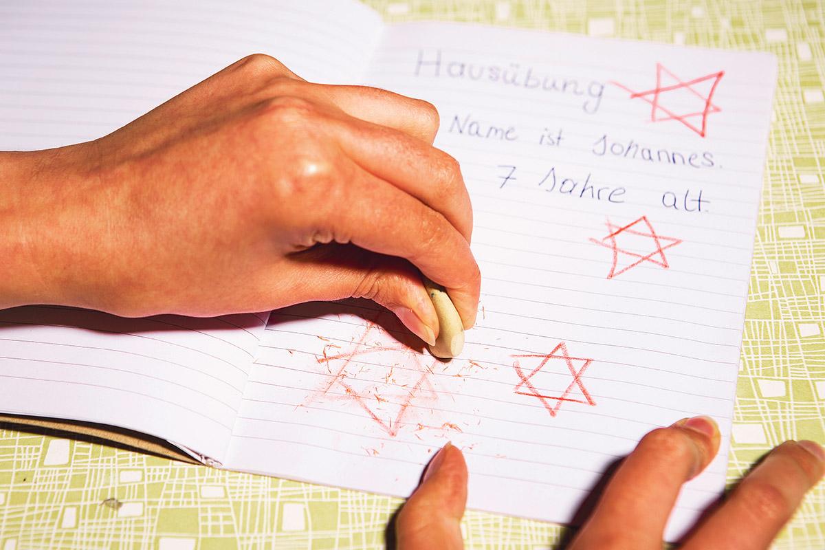 Johannes schwieg über die roten Davidsterne, bis seine Mutter Spuren der ausradierten Symbole in seinem Schulheft fand. (Foto: Zoe Opratko)