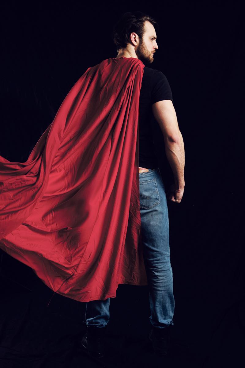 Mann mit Superheldenumhang