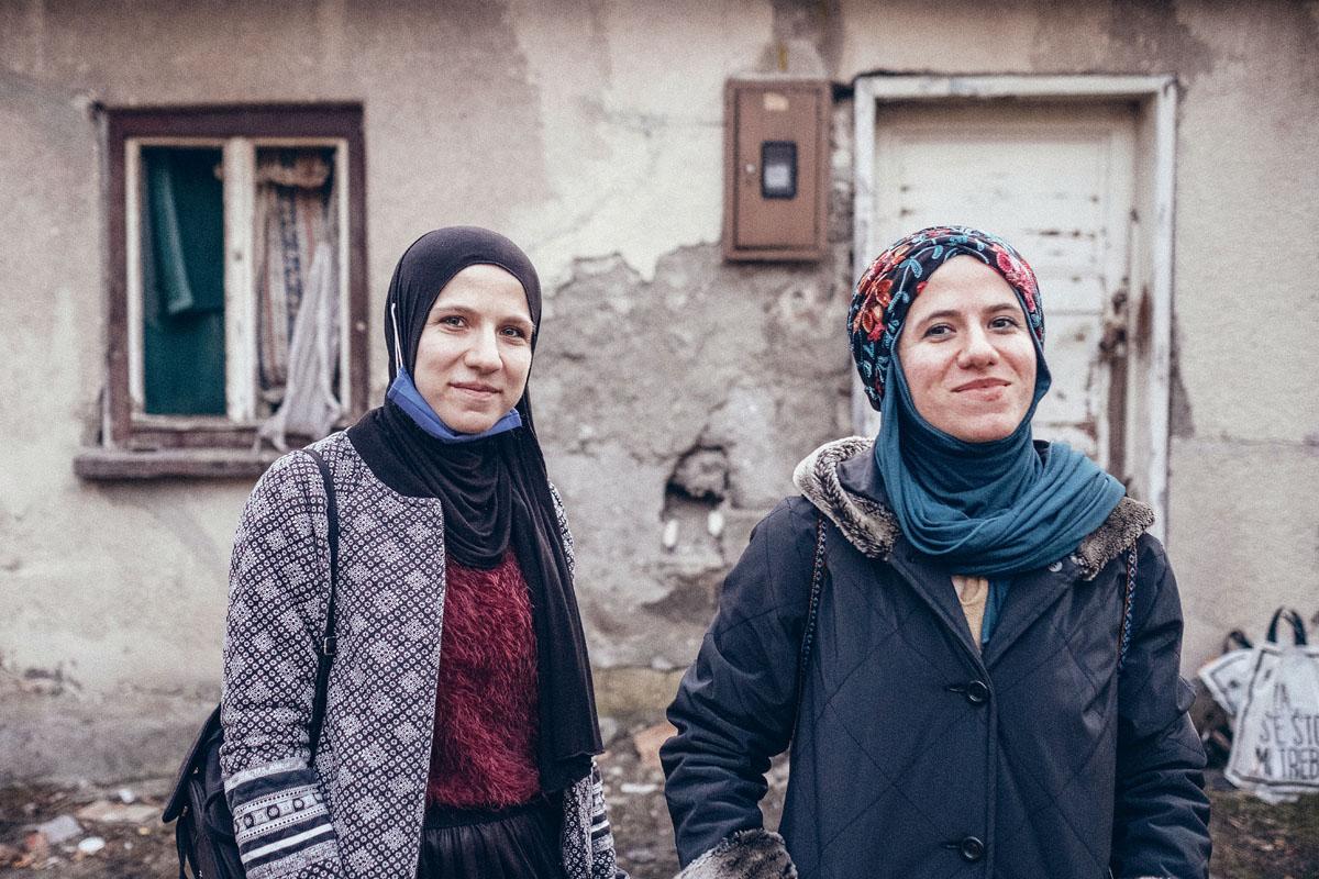 Zwei Schwestern, eine Mission: Amina und Merdija versorgen die Flüchtlinge