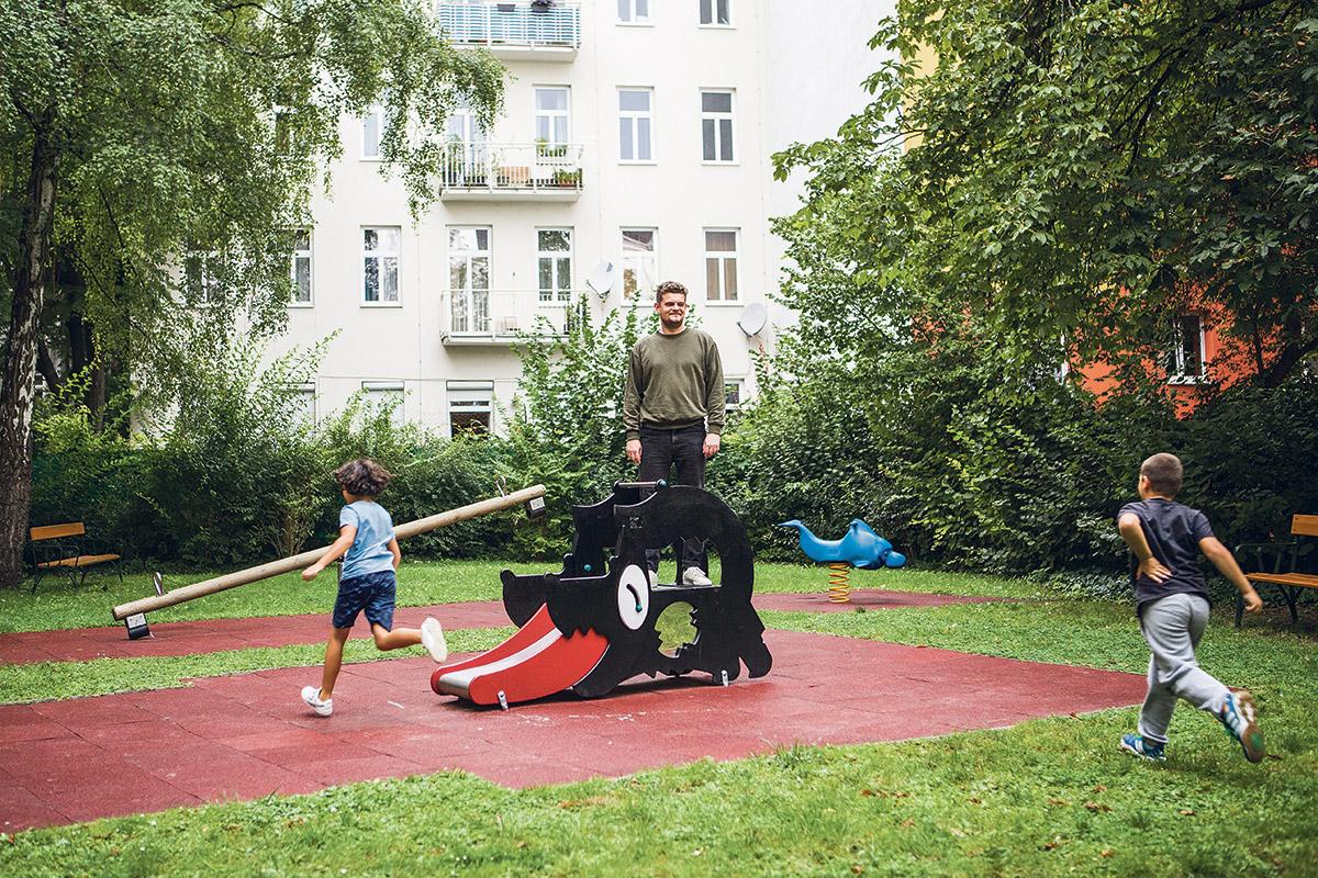 Billige Miete, gutes Leben:Ivan freut sich sogar über den Spielplatz (Foto: Zoe Opratko)