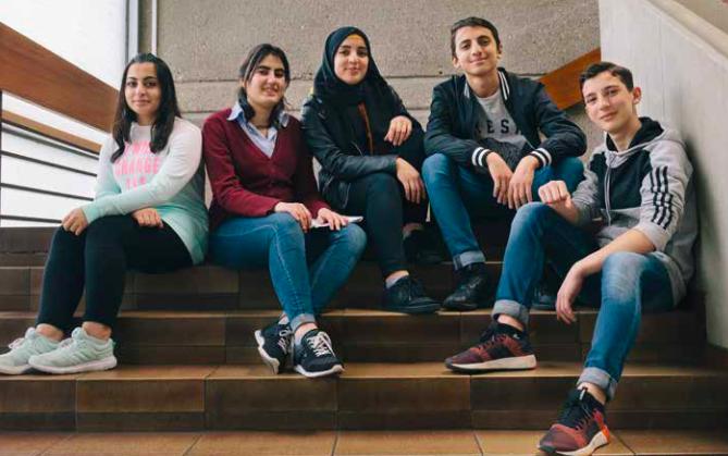Das sind keine Teenie-Stars, sondern fünf Freunde, die alle eine damalige Flüchtlingsklasse besuchten.