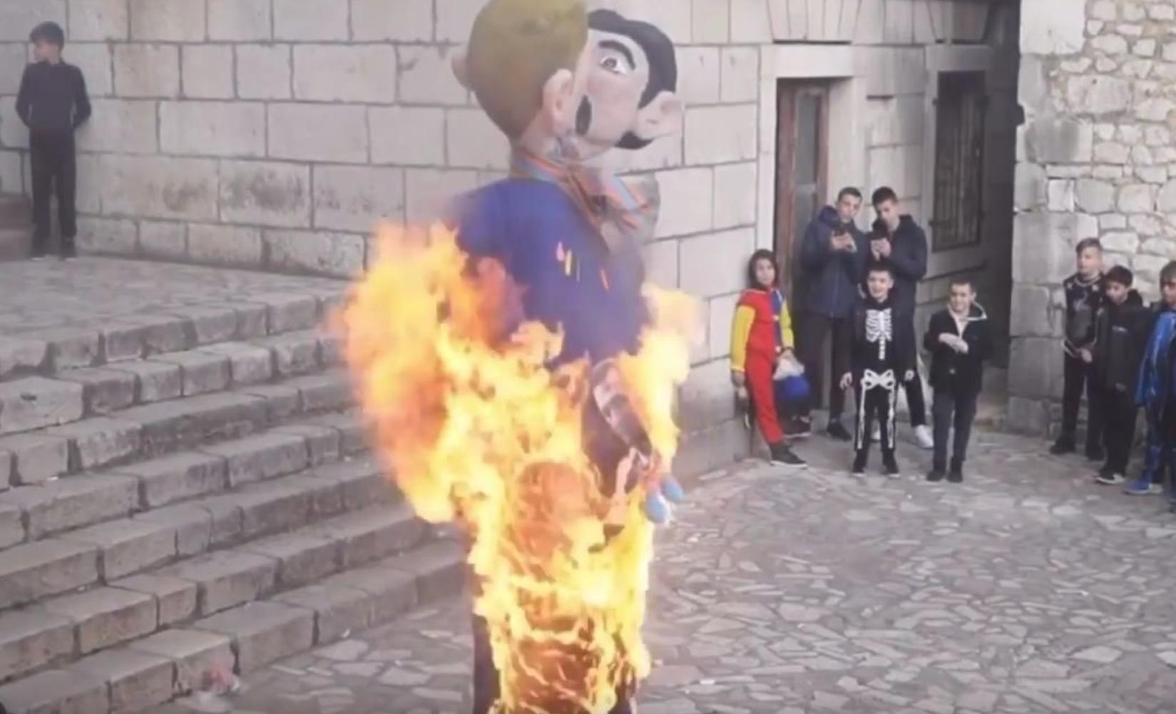 Kroatien Verbrennung Pappfigur