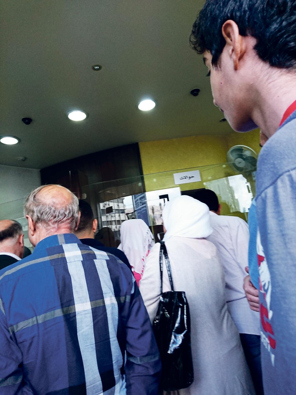 Lange Warteschlangen – Syrer warten sehnlichst auf das Geld ihrer geflüchteten Verwandten.