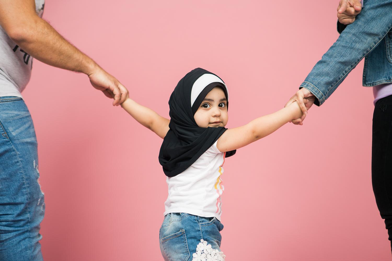 Alle Fotos wurden nachgestellt. Dieses kleine Mädchen trägt normalerweise kein Kopftuch.