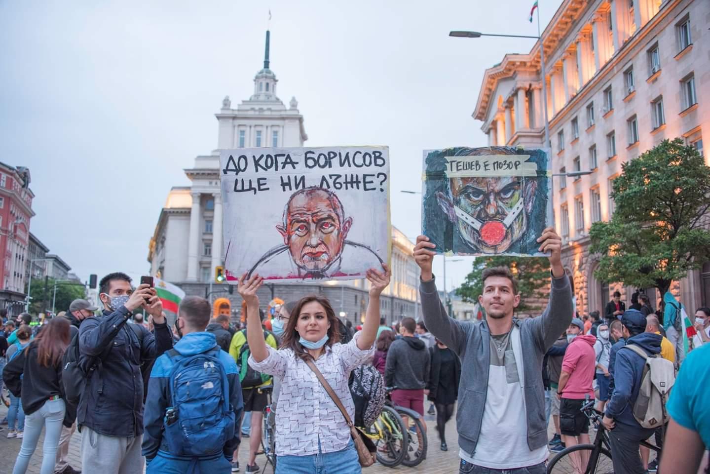 """Links: """"Wie lange wird Borissow uns noch anlügen?"""" und rechts: """"Geschew ist eine Schande!"""". Foto: Sketches of Sofia (facebook.com/etiuditenasofia/)"""