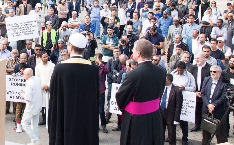 Wiener Moslems und andere Religionsvertreter bilden Kette für Frieden