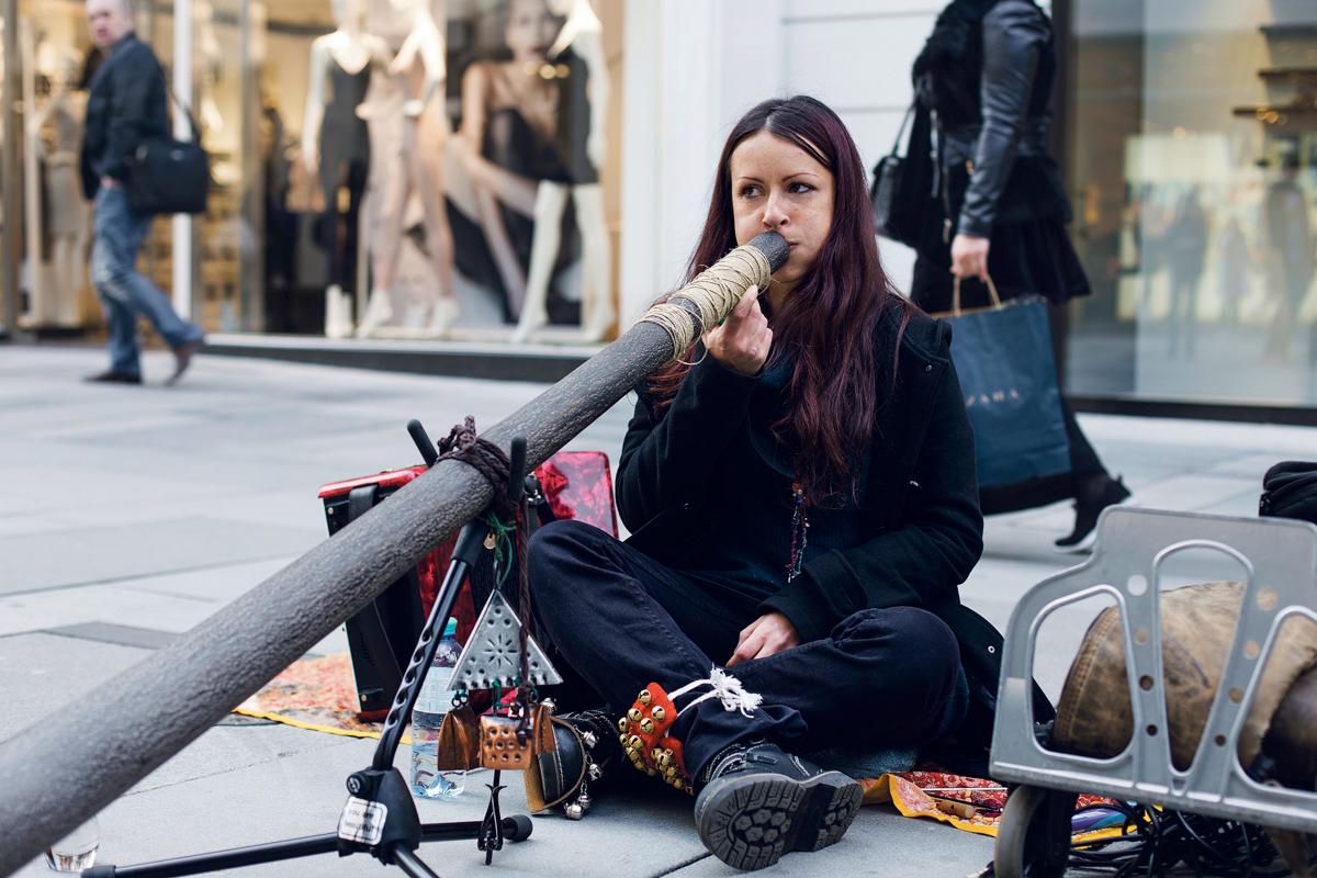 Iulia, Supergirl, Didgeridoo