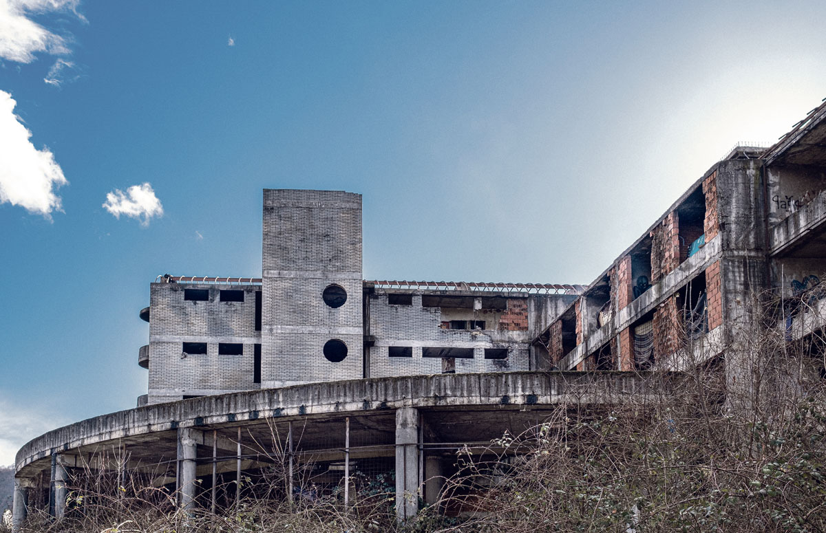 In solchen Objekten leben Flüchtlinge in Bosnien: Das nie in Betrieb gegangene Pensionistenheim in Bihać
