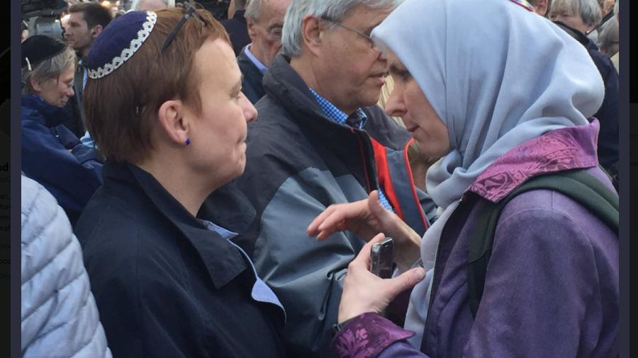 Muslimische Frauen tragen Kippa und solidarisieren sich mit deutschen Juden