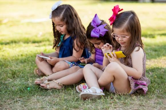Kinder mit Smartphones