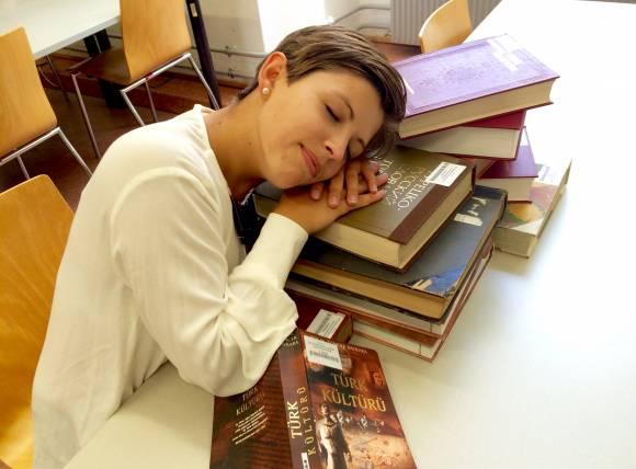 Türkisch lernen; Bücher; Bibliothek; schlafen