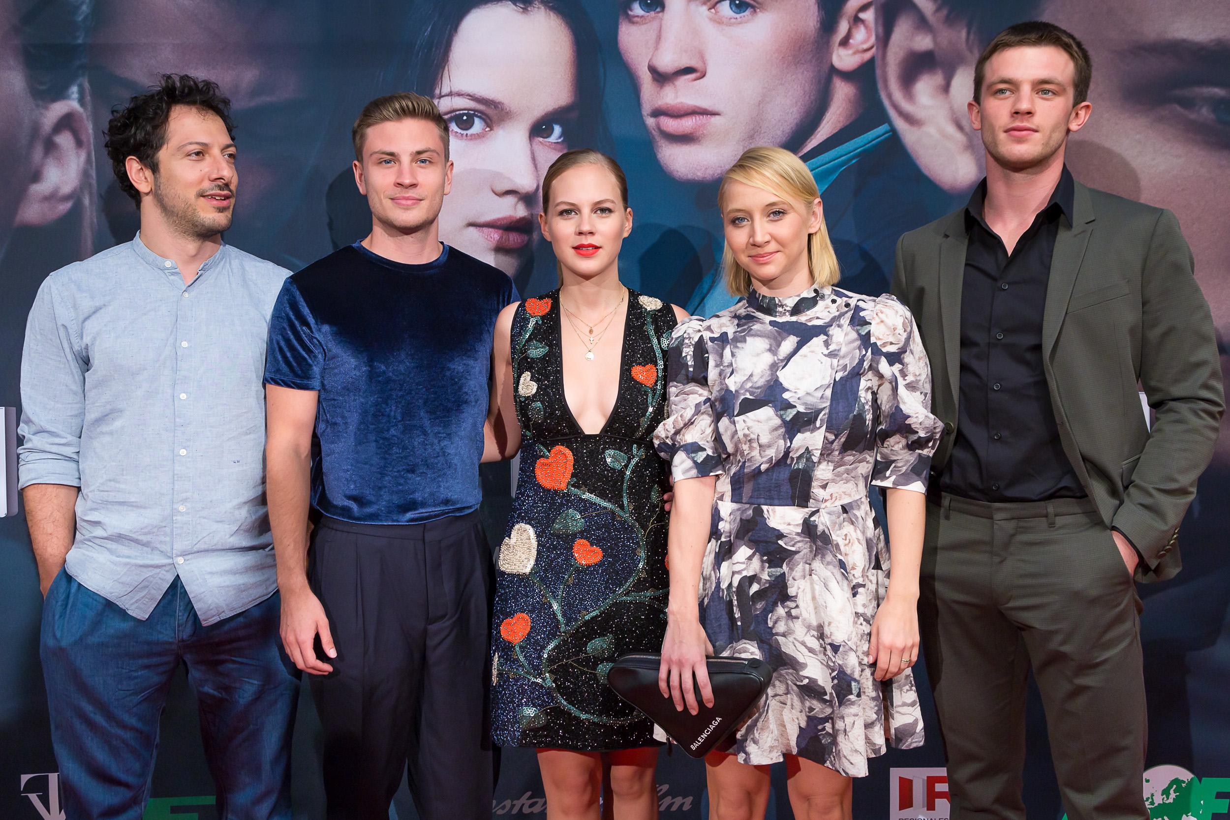 Von Links nach Rechts:Farhri Yadrim (Lehrer) , Jannik Schümann (Titus), Alicia von Rittberg (Nadesh), Anna Maria Mühe (Loreen), Jannis Niewöhner (Zach)